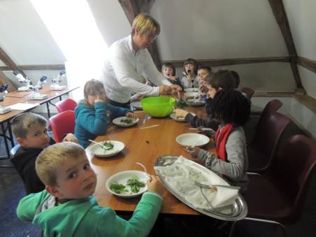 22/04/2013 - Ecole communale de Nismes 1ere primaire – Animation PNVH cuisine sauvage
